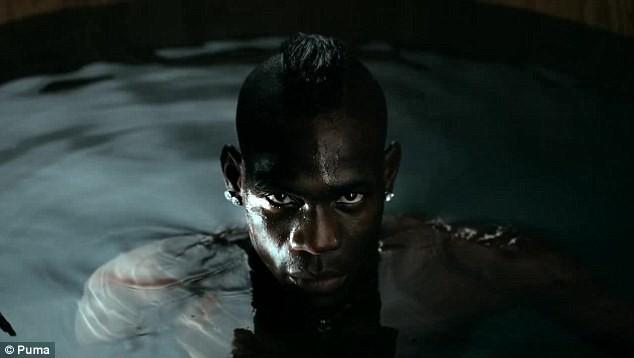 Balotelli và Usain Bolt lại đắm mình cùng những người đẹp ảnh 4