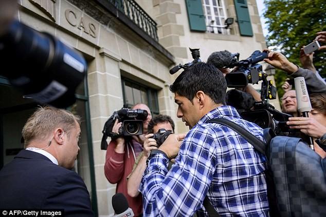 Chùm ảnh: Luis Suarez trước và sau phiên kháng cáo án phạt 4 tháng ảnh 1