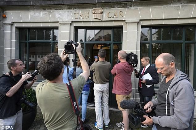 Chùm ảnh: Luis Suarez trước và sau phiên kháng cáo án phạt 4 tháng ảnh 2
