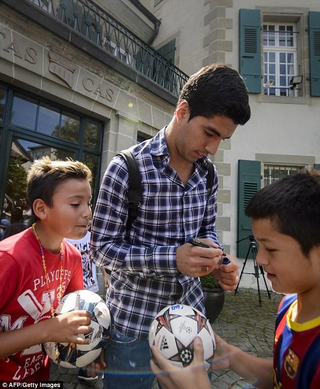 Chùm ảnh: Luis Suarez trước và sau phiên kháng cáo án phạt 4 tháng ảnh 7