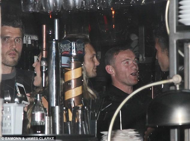 """Rooney """"cầm đầu"""" các sao MU đi """"xõa"""", dửng dưng với Champions League ảnh 2"""
