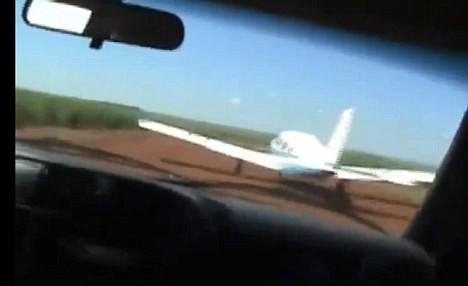 Ngoạn mục cảnh sát phóng ô tô theo máy bay để bắt tội phạm ảnh 1