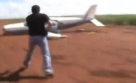 Ngoạn mục cảnh sát phóng ô tô theo máy bay để bắt tội phạm ảnh 4