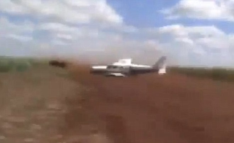 Ngoạn mục cảnh sát phóng ô tô theo máy bay để bắt tội phạm ảnh 2