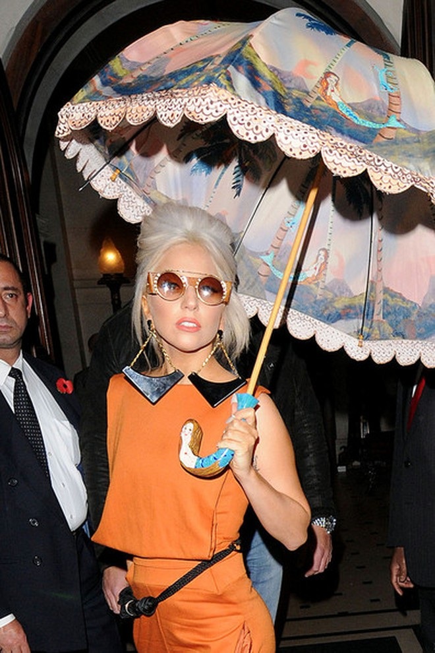 Lady Gaga: Che ô ngay cả khi đang ở trong nhà ảnh 4