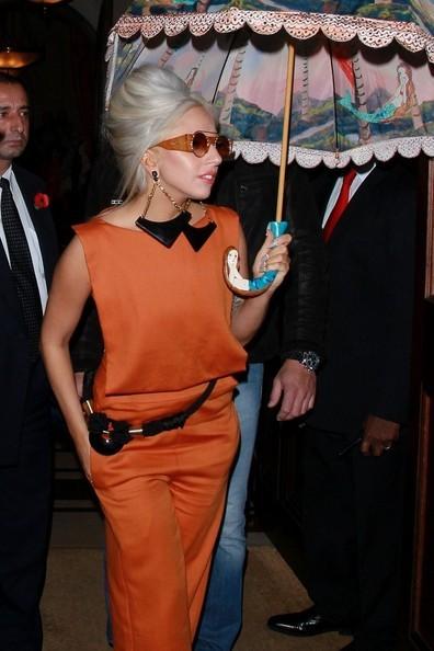 Lady Gaga: Che ô ngay cả khi đang ở trong nhà ảnh 7