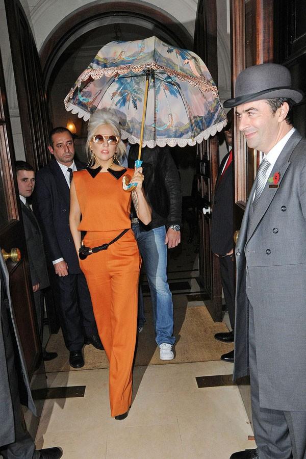 Lady Gaga: Che ô ngay cả khi đang ở trong nhà ảnh 3