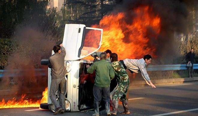 Xe tải phát cháy bí hiểm ở Tây An, Trung Quốc ảnh 2