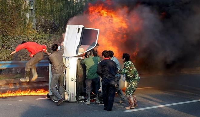 Xe tải phát cháy bí hiểm ở Tây An, Trung Quốc ảnh 1