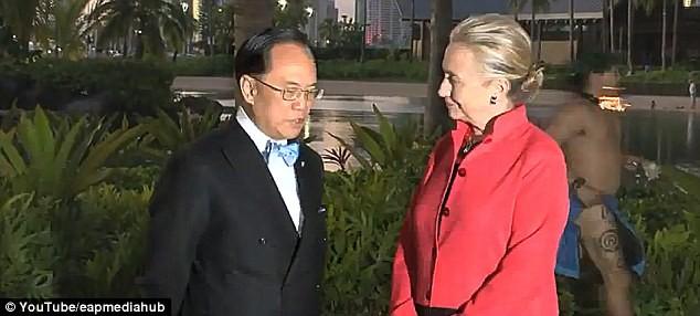 Bà Hilary Clinton bật cười trước... chàng trai khỏa thân ảnh 1