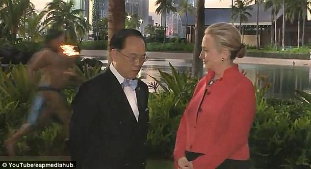 Bà Hilary Clinton bật cười trước... chàng trai khỏa thân ảnh 2