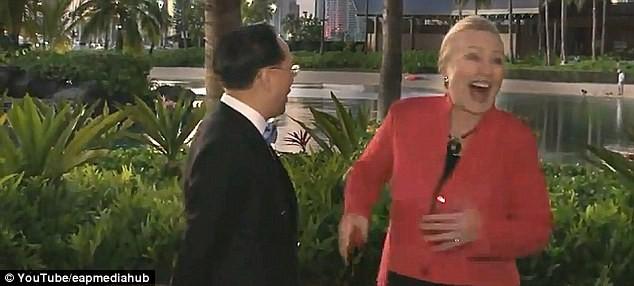 Bà Hilary Clinton bật cười trước... chàng trai khỏa thân ảnh 3