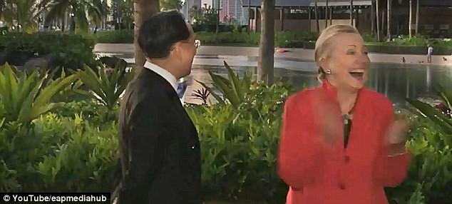Bà Hilary Clinton bật cười trước... chàng trai khỏa thân ảnh 4