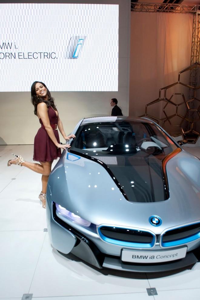 Cặp đôi BMW i3 và i8 trình diễn ấn tượng cùng người đẹp Mission Impossible 4 ảnh 12