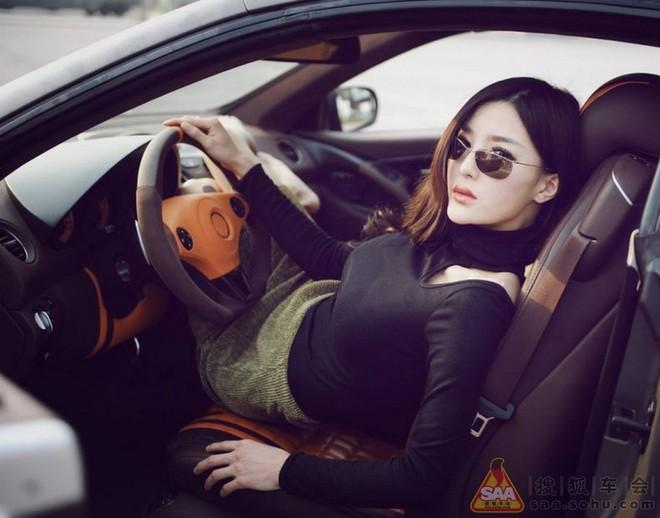 """Mỹ nữ châu Á """"lả lướt"""" bên siêu xe Carlsson C25 ảnh 1"""