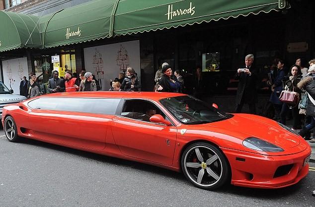 """""""Cưỡi"""" Ferrari Limousine dài nhất thế giới đi shopping ảnh 1"""