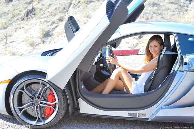 """""""Bỏng mắt"""" với người mẫu cực sexy bên McLaren MP4-12C ảnh 1"""