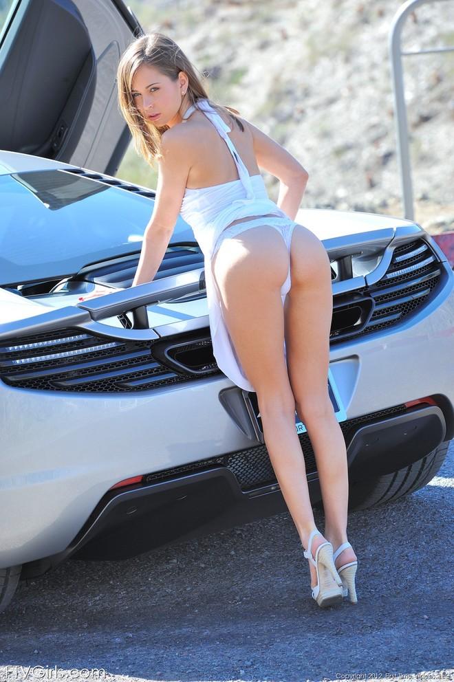 """""""Bỏng mắt"""" với người mẫu cực sexy bên McLaren MP4-12C ảnh 5"""