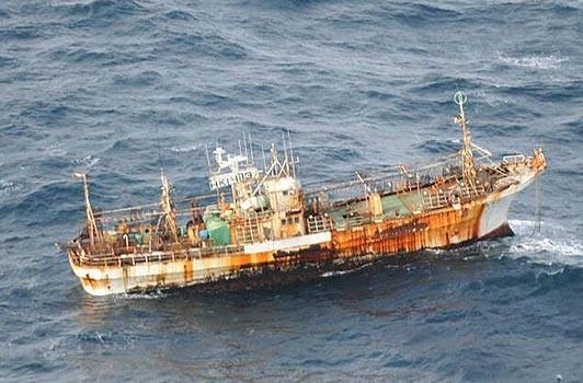 Tìm thấy tàu cá bị mất tích trong vụ sóng thần ở Nhật Bản tại... Canada ảnh 1