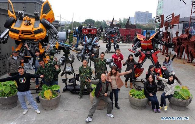 Tạo ra 600 Robot Transformer từ xe hơi cũ ảnh 1