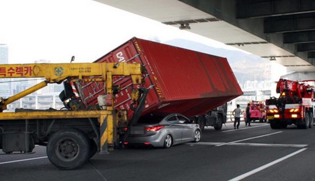 """Bị container """"đè đầu"""" Huyndai Elantra """"thoát chết trong gang tấc"""" ảnh 1"""