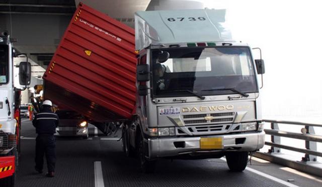 """Bị container """"đè đầu"""" Huyndai Elantra """"thoát chết trong gang tấc"""" ảnh 4"""