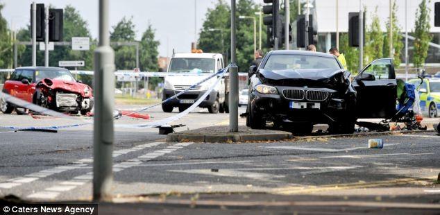 """Kinh hoàng BMW """"điên"""" tông thẳng vào xe nôi, 2 cháu bé tử nạn ảnh 2"""