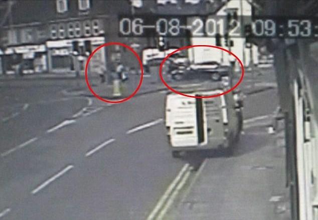 """Kinh hoàng BMW """"điên"""" tông thẳng vào xe nôi, 2 cháu bé tử nạn ảnh 1"""