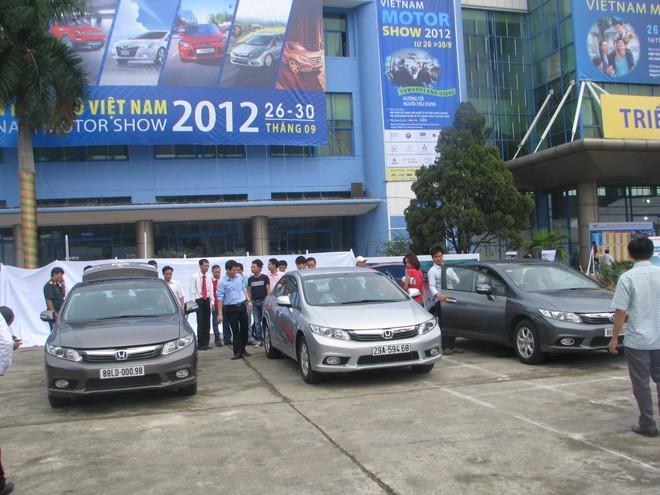 """Choáng ngợp với xe và """"chân dài"""" tại Vietnam Motor Show 2012 ảnh 2"""