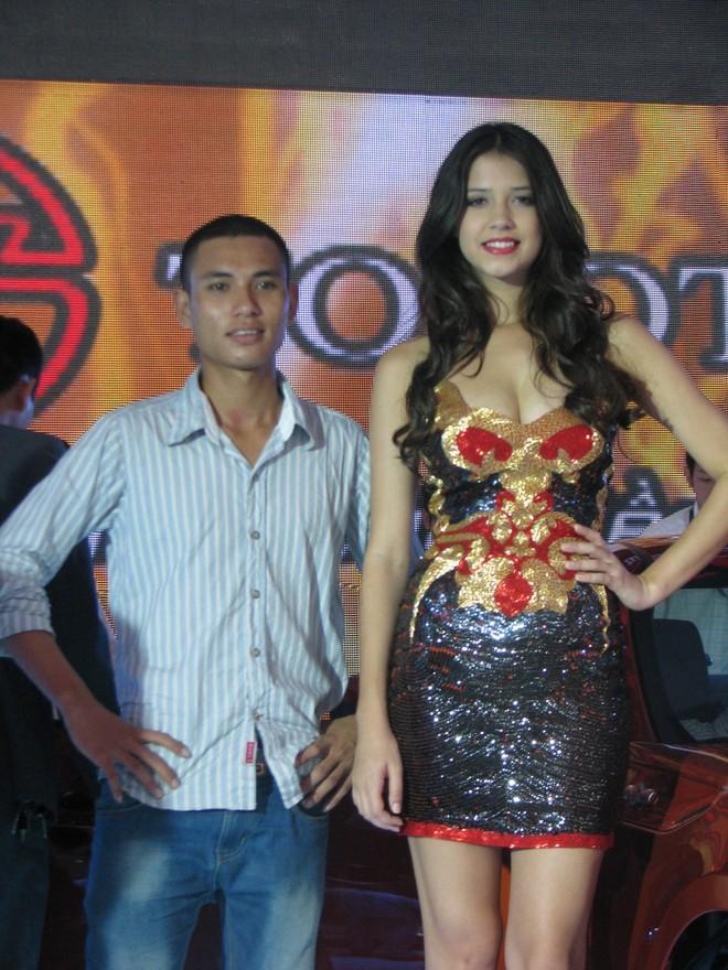 """Choáng ngợp với xe và """"chân dài"""" tại Vietnam Motor Show 2012 ảnh 18"""