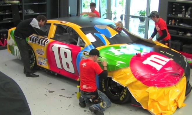 """Xe đua """"bọc kẹo"""" M&M sặc sỡ sắc màu tại giải NASCAR ảnh 1"""
