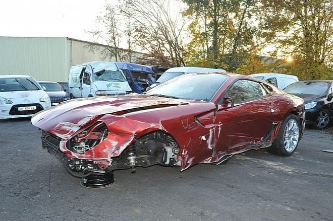 Siêu xe của Cristiano Ronaldo bị đâm nát đầu vẫn đắt giá ảnh 1