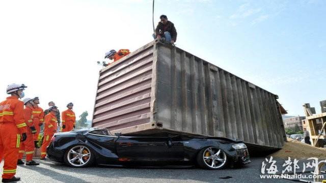 Xế sang Audi bị container đè nát vụn ảnh 1