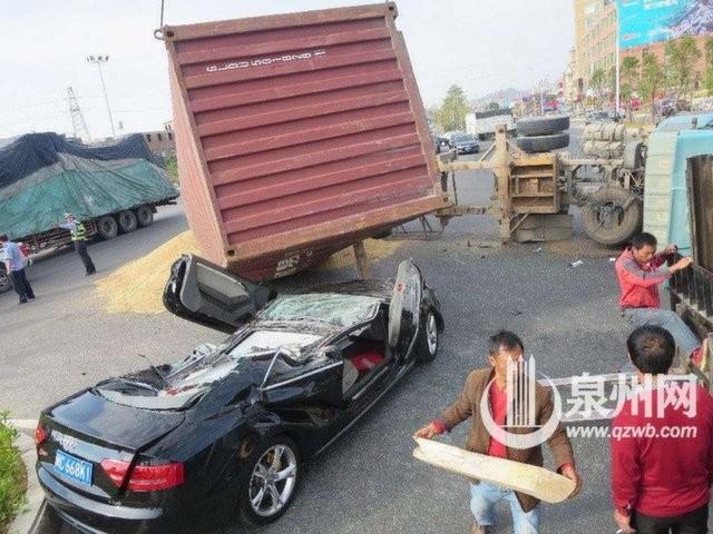 Xế sang Audi bị container đè nát vụn ảnh 2