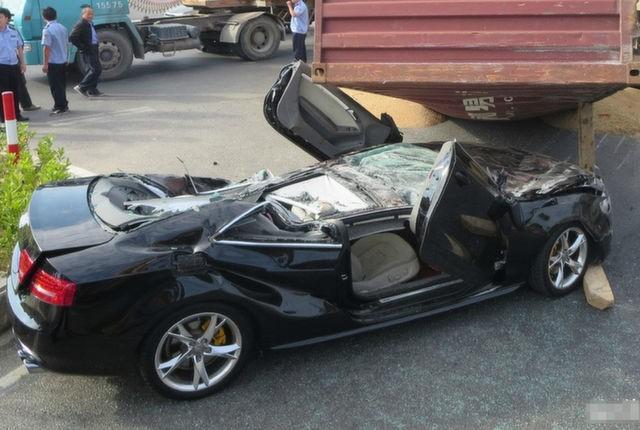Xế sang Audi bị container đè nát vụn ảnh 4