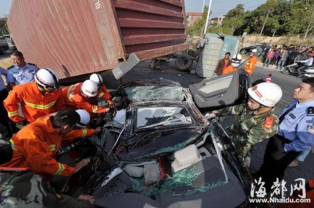 Xế sang Audi bị container đè nát vụn ảnh 5