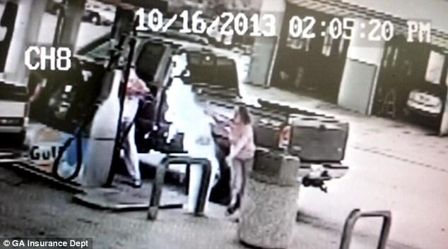Chồng hút thuốc ở trạm xăng, vô tình đốt cháy vợ ảnh 1