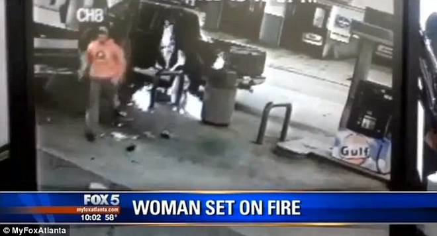 Chồng hút thuốc ở trạm xăng, vô tình đốt cháy vợ ảnh 2