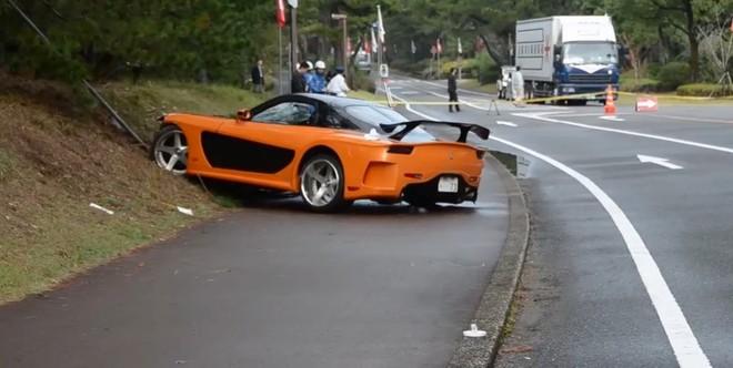 Mazda RX-7 mất lái lao vào đám đông, 5 người bị thương ảnh 2