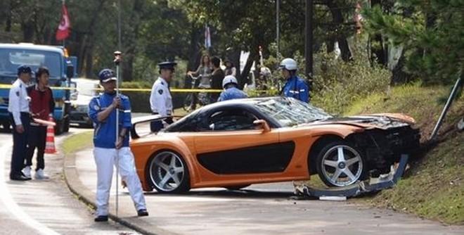 Mazda RX-7 mất lái lao vào đám đông, 5 người bị thương ảnh 1