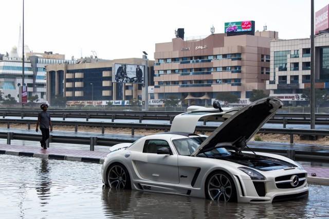 """Mercedes SLS AMG """"chết đuối"""" sau trận mưa ảnh 1"""
