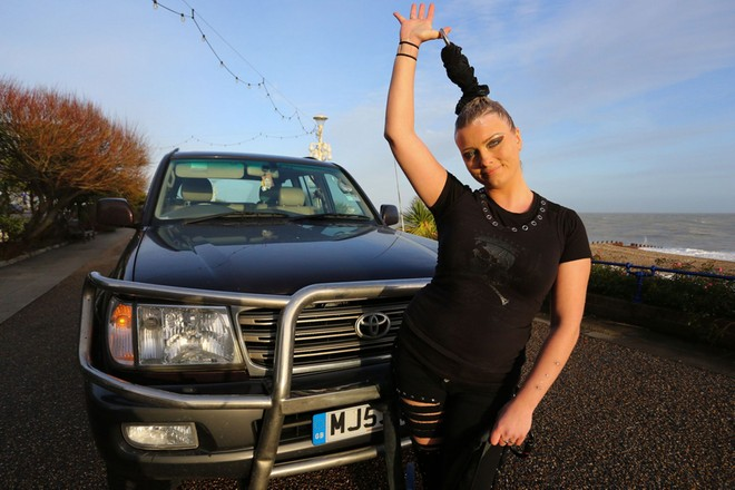 Cô gái dùng tóc kéo xe ôtô nặng 4 tấn ảnh 1