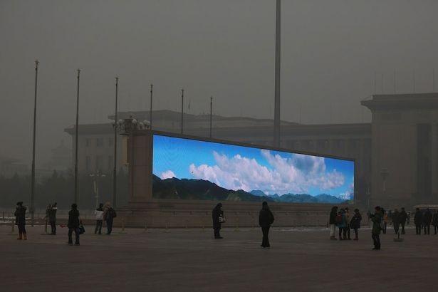 Dân Bắc Kinh đón bình minh qua màn hình lớn ảnh 1