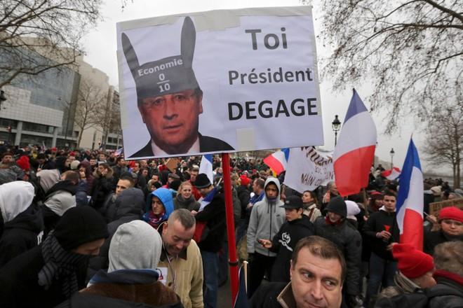 17.000 người tập trung phản đối tổng thống Pháp ở Paris ảnh 1