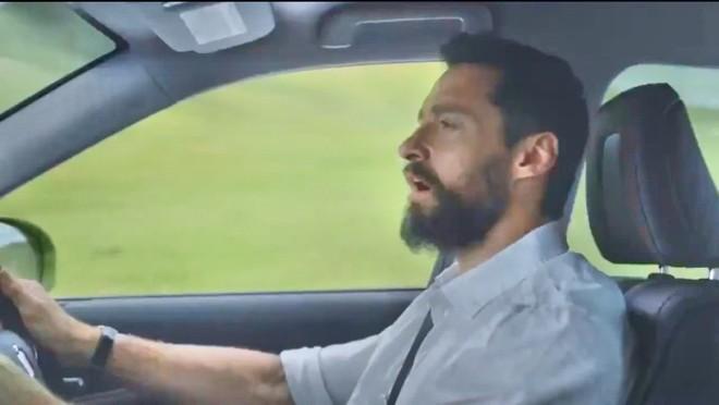 Người sói Wolverine trổ tài ca hát khi quảng cáo cho Toyota Crown ảnh 1