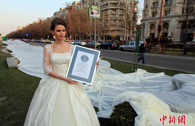 Cô dâu mặc bộ váy cưới dài kỉ lục 4,8 km ảnh 4