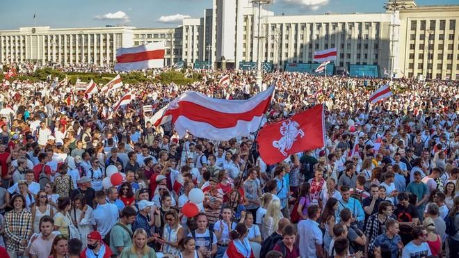 100.000 người Belarus xuống đường phản đối Tổng thống Lukashenko ảnh 1
