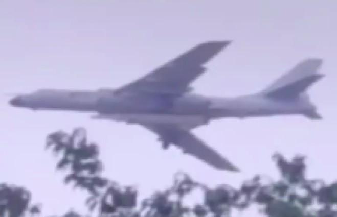Oanh tạc cơ H-6N của Trung Quốc mang tên lửa cỡ lớn bí ẩn ảnh 1