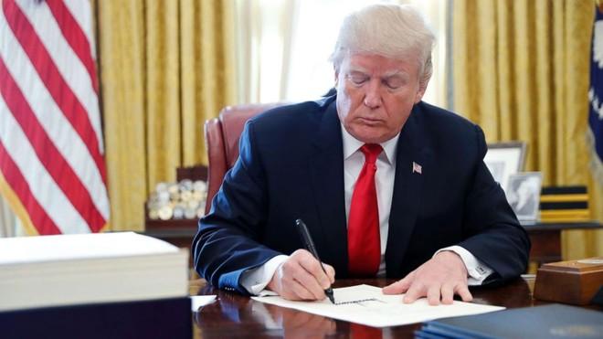 Tổng thống Donald Trump chưa kí dự luật, hàng triệu người Mỹ không nhận được trợ cấp ảnh 1