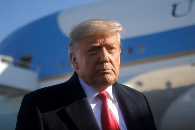 Tổng thống Donald Trump chỉ đạo chính phủ hạn chế mua hàng hóa Trung Quốc ảnh 1